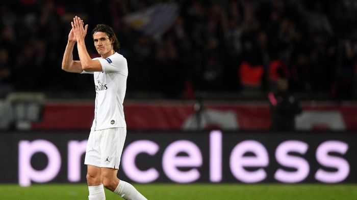PARIS, FRANCE - NOVEMBER 28:  Edinson Cavani of Paris Saint-Germain shows appreciation to the crowds as he is taken off during the UEFA Champions League Group C match between Paris Saint-Germain and Liverpool at Parc des Princes on November 28, 2018 in Paris, France.  (Photo by Shaun Botterill/Getty Images)