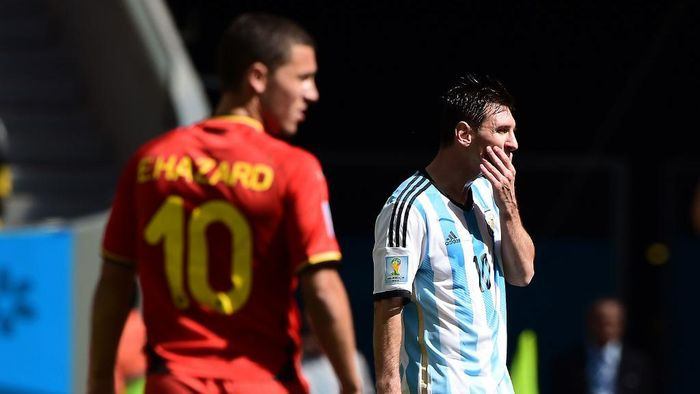 Argentinas forward Lionel Messi (R) reacts in front of Belgiums midfielder Eden Hazard during the second half of a quarter-final football match between Argentina and Belgium at the Mane Garrincha National Stadium in Brasilia during the 2014 FIFA World Cup on July 5, 2014.  AFP PHOTO / FRANCOIS XAVIER MARIT (Photo by FRANCOIS XAVIER MARIT / AFP)