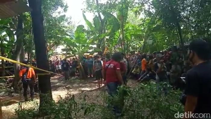 Warga Desa Ngompro, Kecamatan Pangkur, Ngawi digegerkan penemuan mayat perempuan. Mayat tersebut tertutup jerami kering di belakang rumah warga.