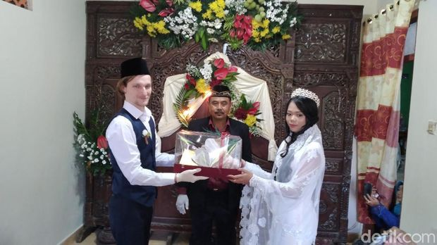 Seorang warga asing asal Rusia akhirnya menikahi gadis pujaan hatinya asal Kulon Progo. Pernikahan dilaksanakan sederhana lantaran di tengah pandemi Corona.