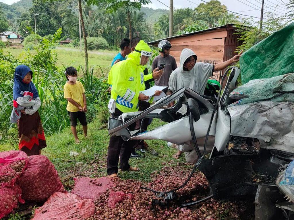 Truk Pikap Tabrak Pohon karena Hilang Kendali di Jalan Licin, Sopir Tewas
