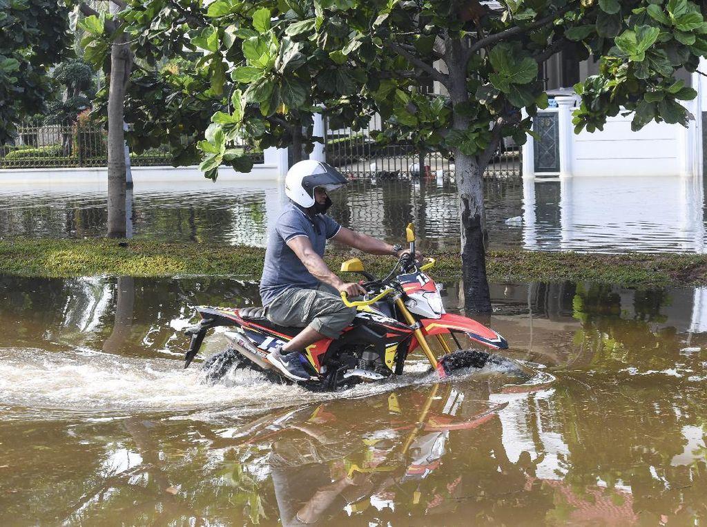 Viral Video Orang Tidur di Genangan Banjir Rob, Ini Penjelasan Polisi