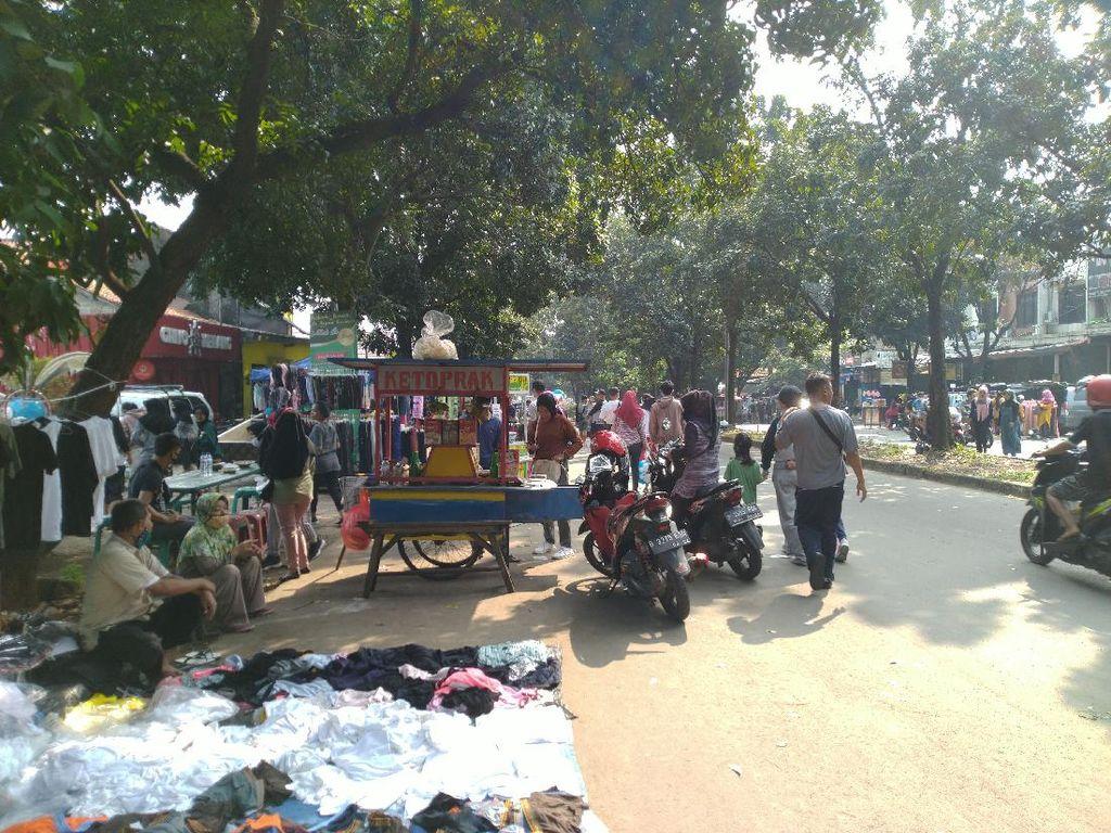 Bogor Masih PSBB, Kawasan Stadion Pakansari Dipadati Warga-PKL Pagi Ini