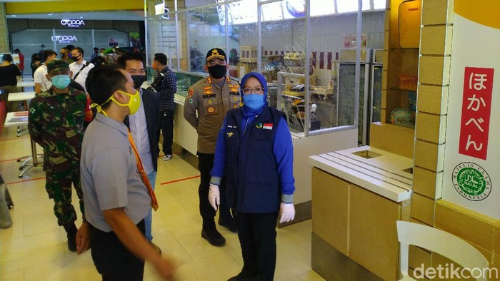 Bupati Bogor Ade Yasin mengecek kesiapan protokol COVID-19 Cibinong City Mal