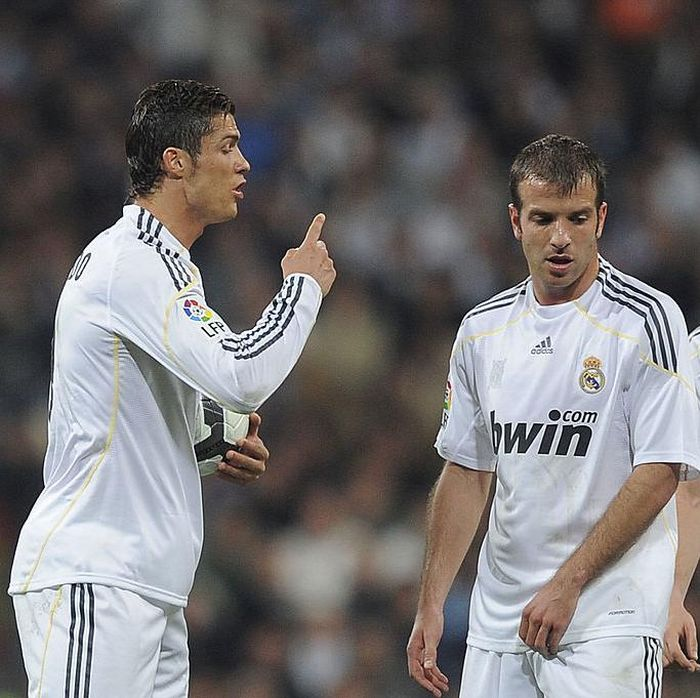 MADRID, SPAIN - MARCH 28:  Cristiano Ronaldo (L) of Real Madrid has a word with Rafael Van Der Vaart (C) and Esteban Granero before taking a free kick during the La Liga match between Real Madrid and Atletico Madrid at Estadio Santiago Bernabeu on March 28, 2010 in Madrid, Spain.  (Photo by Denis Doyle/Getty Images)