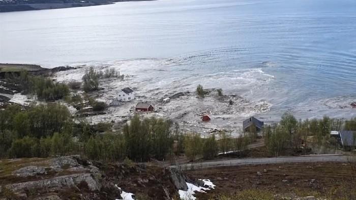Sebuah fenomena alam mirip likuefaksi terjadi di wilayah utara Norwegia pada Rabu (3/6). Sebanyak 8 rumah terseret oleh longsor yang berujung di laut lepas Norwegia.
