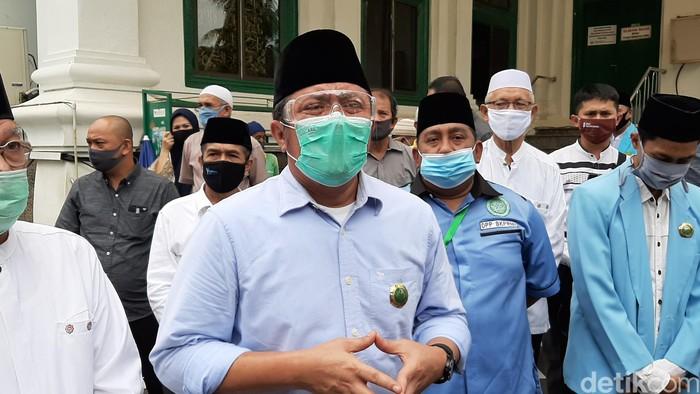 Gubernur Herman Deru usai bagi bantuan di Masjid Agung Palembang. (Raja Adil S/detikcom)