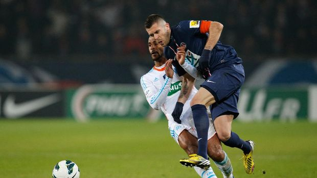 PARIS, FRANCE - FEBRUARY 27:  Jeremy Menez of PSG is tackled by Alaixys Romao of Marseille during the French Cup match between Paris Saint-Germain FC and Marseille Olympic OM at Parc des Princes on February 27, 2013 in Paris, France.  (Photo by Dean Mouhtaropoulos/Getty Images)