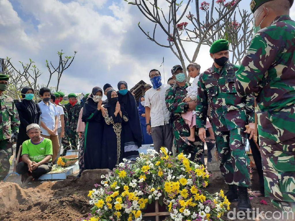 Isak Tangis Warnai Pemakaman Kapten Fredy Korban Heli Jatuh di Kendal