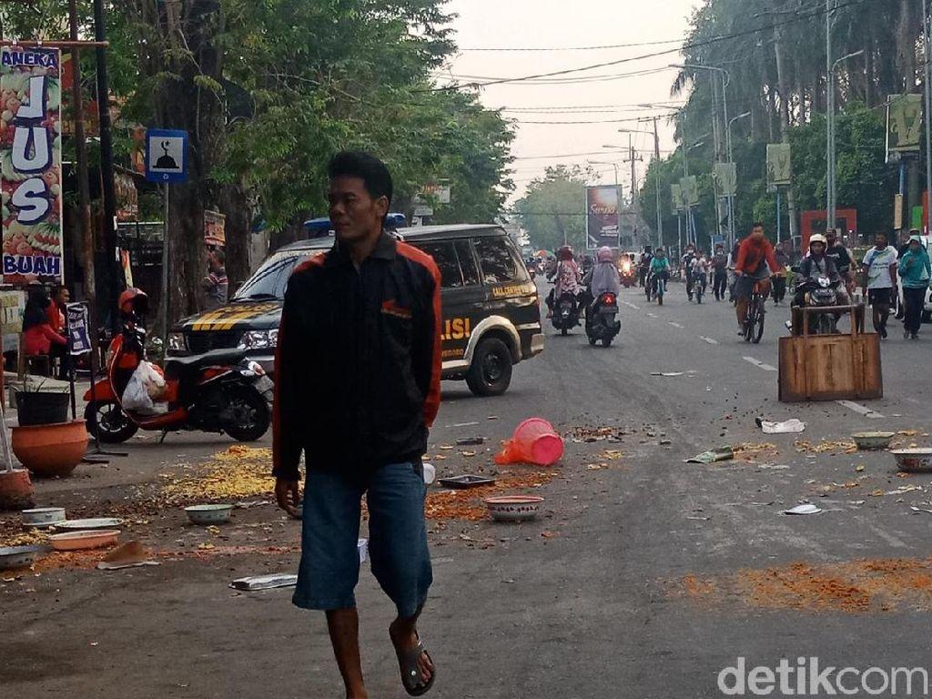 Emosi Ditertibkan Satpol PP, Pedagang di Bojonegoro Buang Makanan ke Jalan