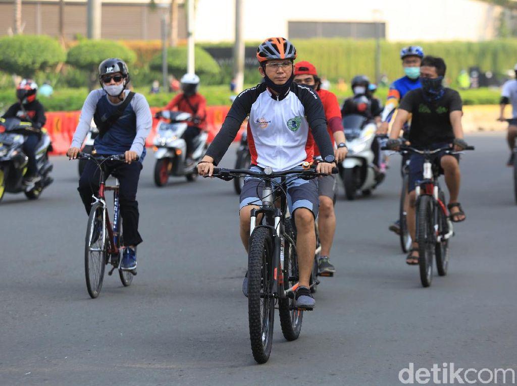 Sepeda Bergerombol Makan Badan Jalan, Pengendara Motor dan Mobil Harus Bagaimana?