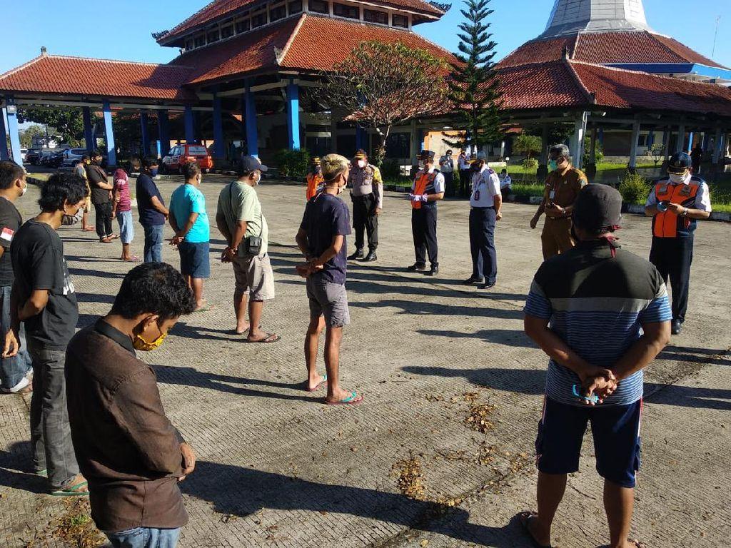 Lolos Pemeriksaan di Gilimanuk, 26 Sopir Truk Jalani Rapid Test di Badung