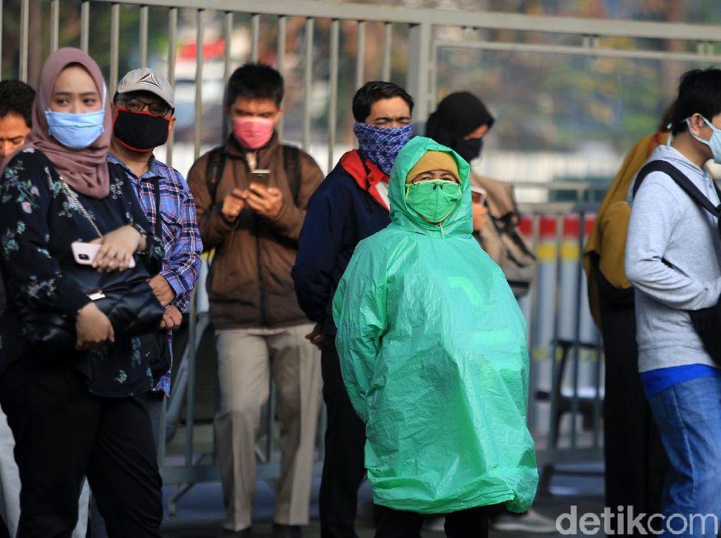 Aksi Penumpang KRL Cegah Corona