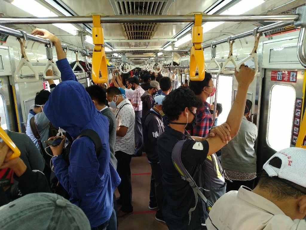 KRL Bogor-Jakarta Ramai, Pengguna Tak Berdiri di Marka yang Disediakan