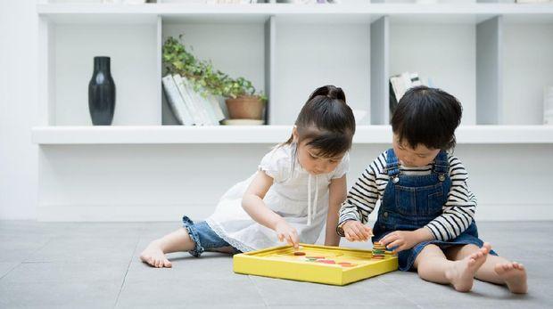 llustrasi anak berbagi mainan