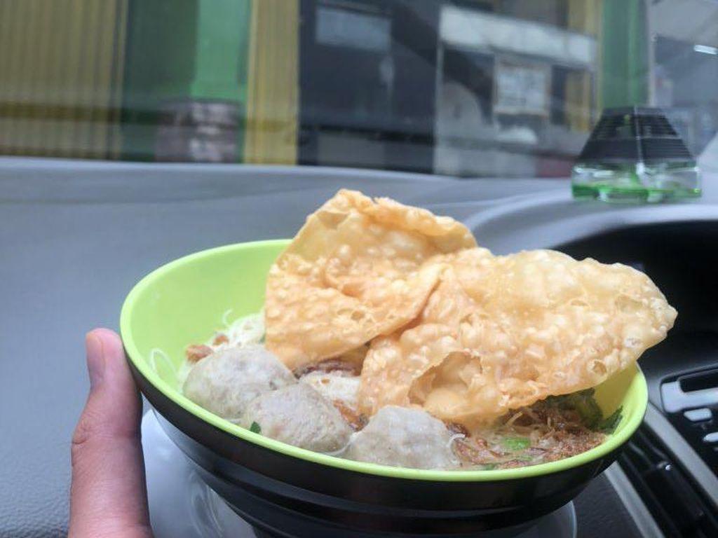 Makan di Mobil Kini Jadi New Normal, Ini Cerita Netizen
