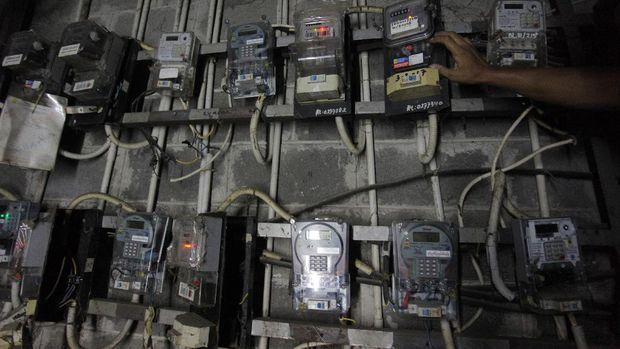 Warga memeriksa meteran listrik di kompleks rumah susun (Rusun) Petamburan, Jakarta, Minggu (7/6/2020). PT PLN (Persero) menyiapkan skema perlindungan lonjakan tagihan untuk mengantisipasi kenaikan drastis yang dialami oleh sebagian konsumen, akibat pencatatan rata-rata tagihan menggunakan data rekening tiga bulan terakhir.  ANTARA FOTO/Reno Esnir/aww. *** Local Caption ***