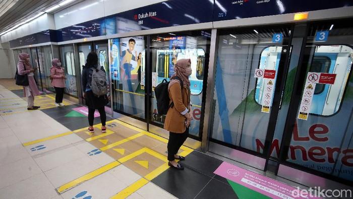 Di masa PSBB transisi, layanan transportasi MRT Jakarta kembali beroperasi normal. Namun jumlah penumpang hanya dibatasi 65 orang dalam satu kereta dan totalnya 390 penumpang dalam satu rangkaian kereta.