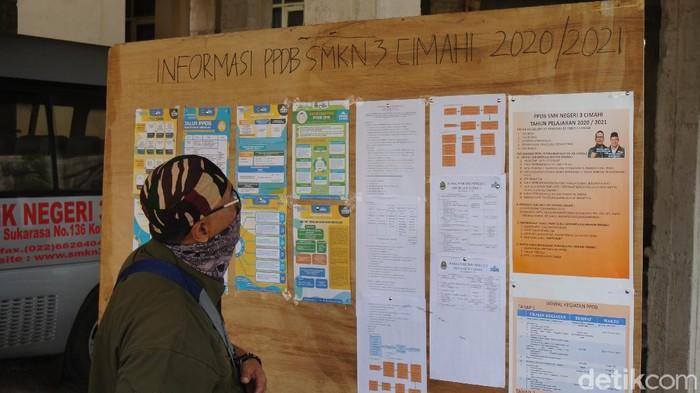 Orang tua siswa datang langsung ke sekolah mencari informasi PPDB 2020
