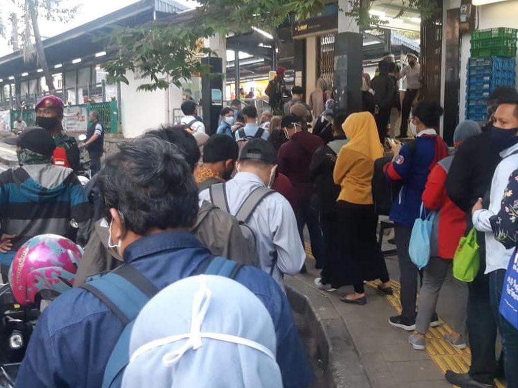 Jam Pulang Kerja, Calon Penumpang Antre di Stasiun Cawang