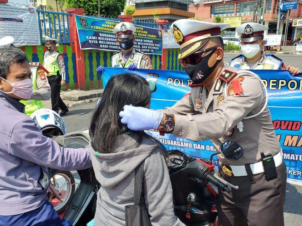 Polantas Depok Berbagi Masker Sambil Sosialisasi soal COVID-19