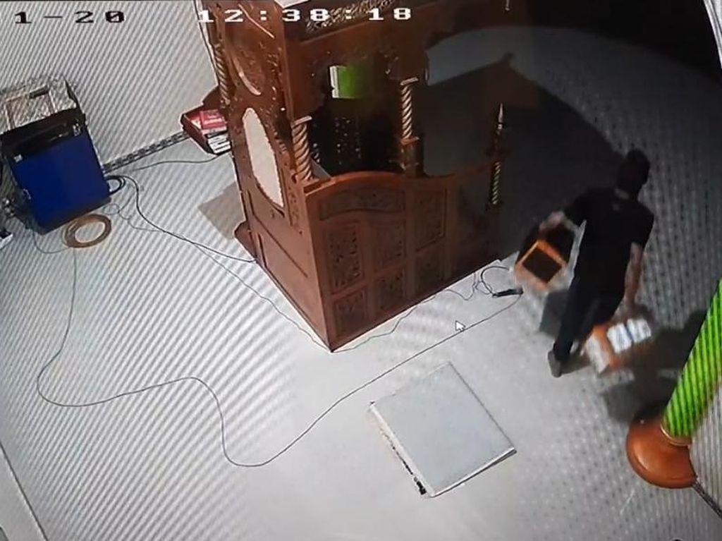 Terekam CCTV, Pria di Jambi Curi 3 Kotak Amal Masjid Berisi Rp 11 Juta