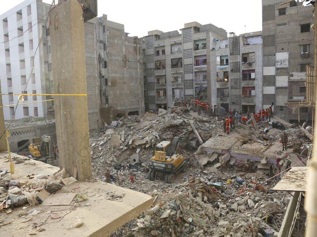 14 Orang Tewas Akibat Apartemen 5 Lantai di Pakistan Roboh