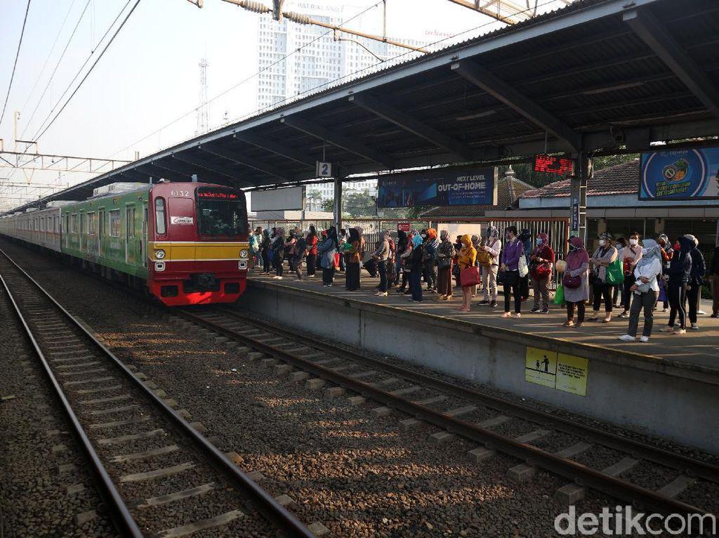 Stasiun Bekasi Pagi Ini, Penumpang Ramai Mengantre