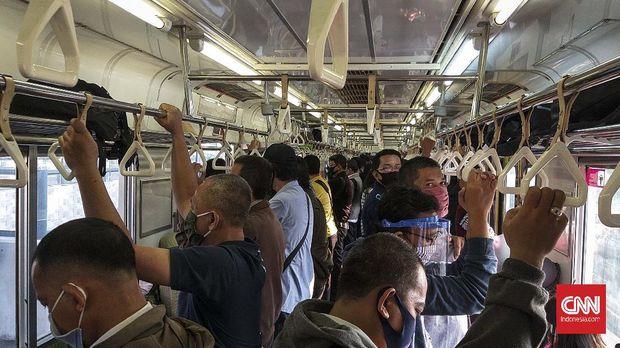 KRL jurusan Bogor-Jakarta Kota dipadati penumpang pada hari pertama pembukaan aktivitas perkantoran oleh Pemprov DKI Jakarta, Senin (8/6).