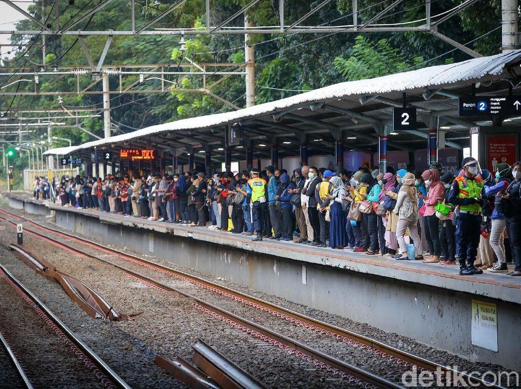 Antisipasi Lonjakan Penumpang KRL Senin Besok, DKI Siapkan 50 Bus Gratis