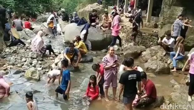 Suasana Curug Leuwi Hejo, Kabupaten Bogor, Minggu (8/6) sore.
