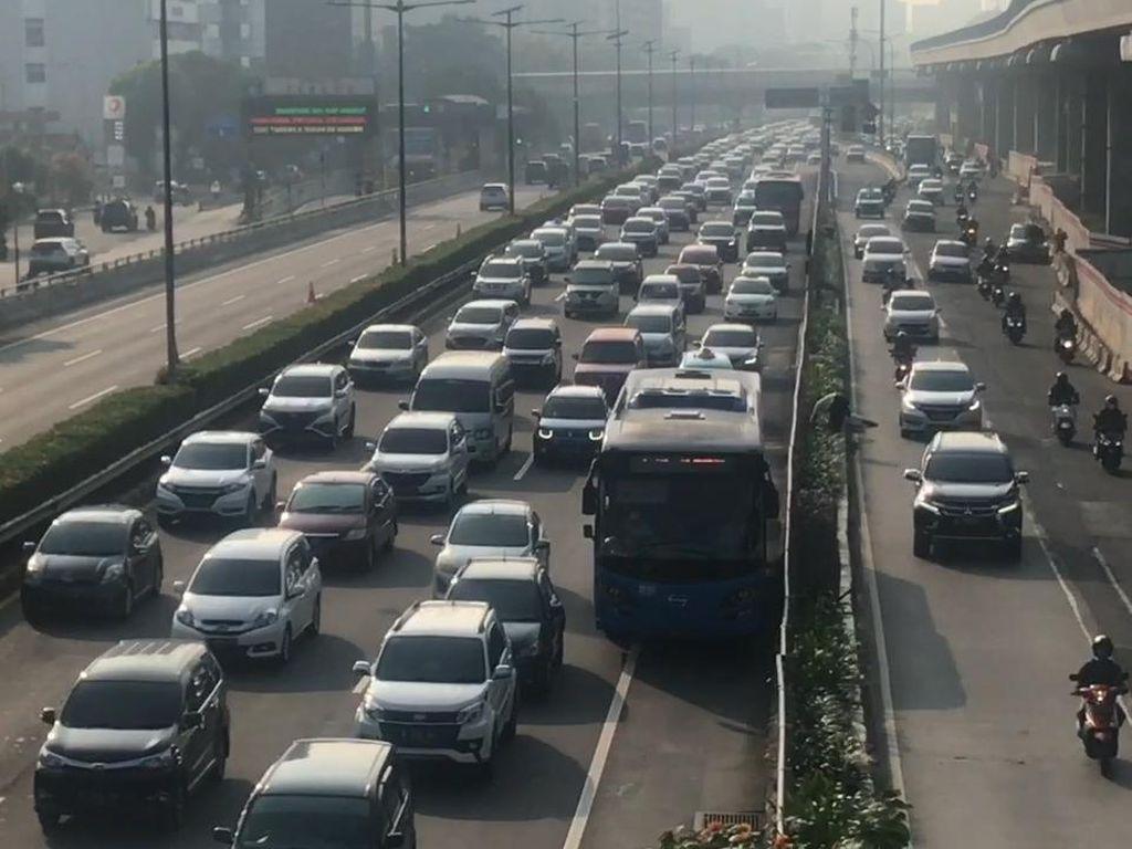 Tol Cawang Arah Grogol Dipadati Kendaraan
