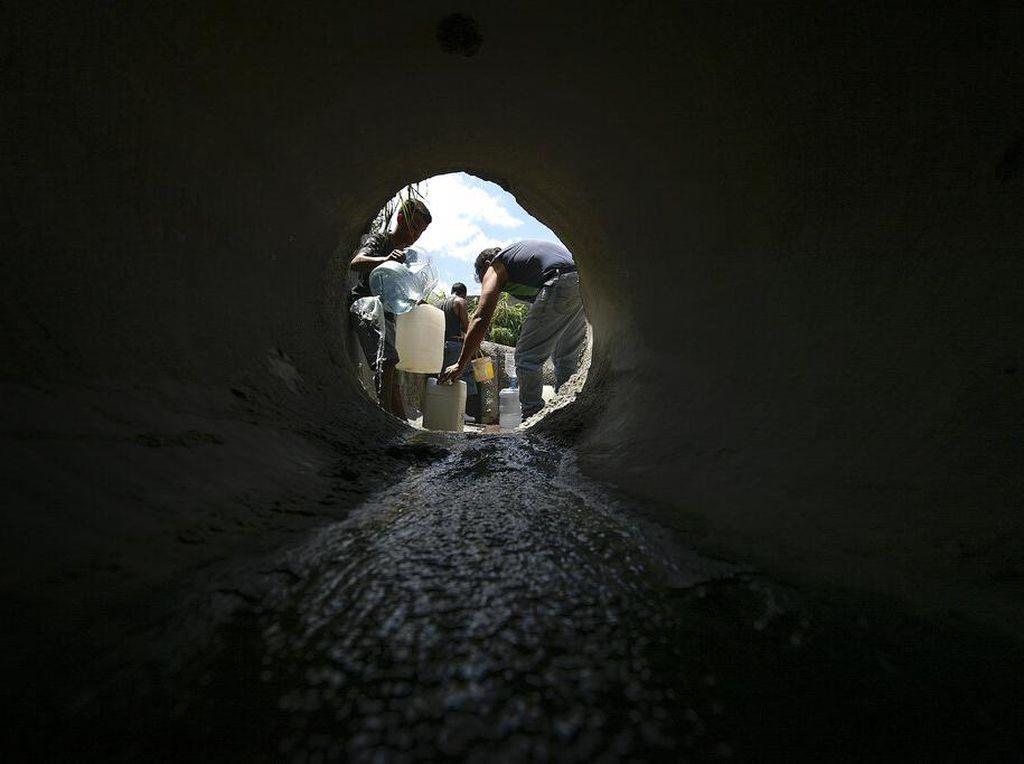 Warga Venezuela Bikin Terowongan Salurkan Air Bersih