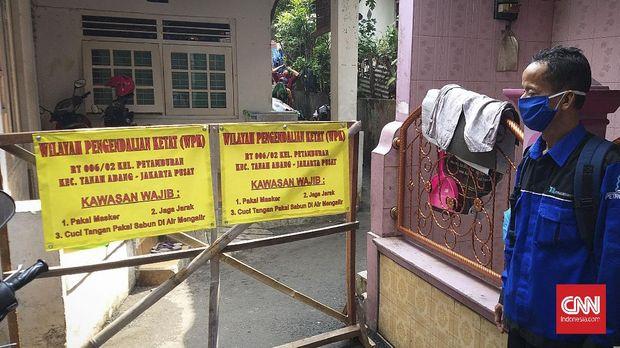RT 06 RW 02, Kelurahan Petamburan, Jakarta Pusat melakukan pembatasan sosial skala lokal (PSBL) usai delapan orang warganya dinyatakan positif virus corona (Covid-19).
