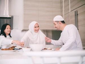 Adab Makan dan Minum dalam Islam hingga Sosok Penjual Gorengan Cantik