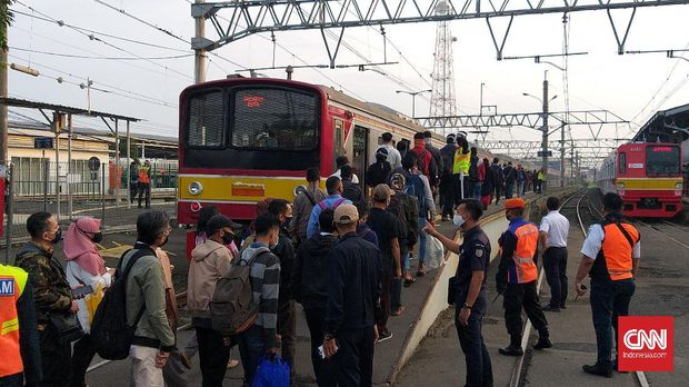 Antrean penumpang KRL Commuter Line masih terjadi di Stasiun Bogor pada Selasa (9/6) pagi. Ribuan penumpang menunggu giliran untuk masuk ke peron stasiun.