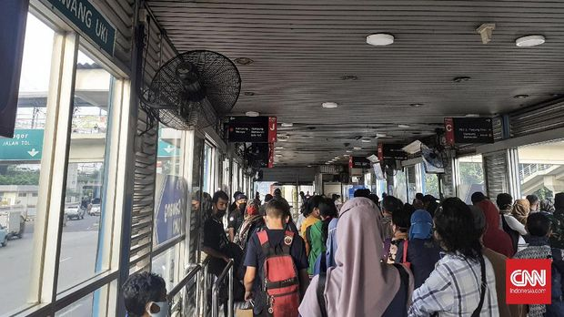 Halte Transjakarta Cawang-UKI mulai padat oleh penumpang. Berdasarkan pantauan CNNIndonesia.com setidaknya pada pukul 07.30 ada 20-30 orang di halte tersebut.