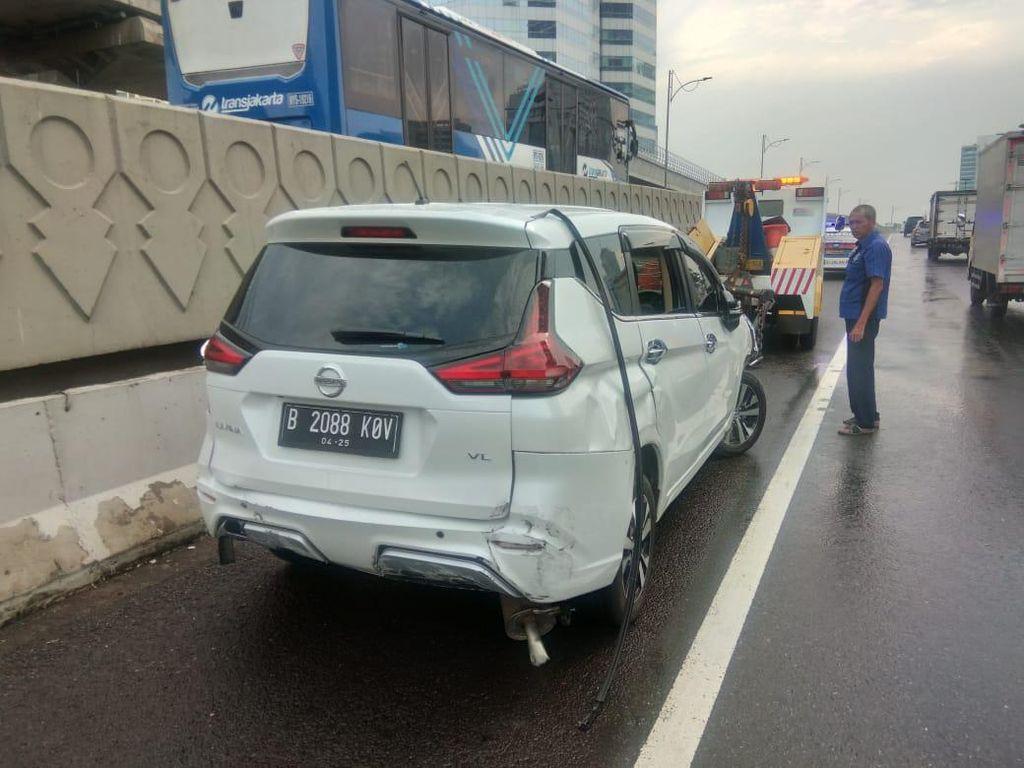 Kecelakaan Beruntun Akibat Ban Selip, 1 Mobil Terbalik di Km 3 Tol Cawang