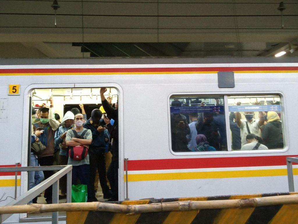 PSBB Transisi, KRL Tujuan Bogor di Stasiun Manggarai Padat Penumpang Sore Ini