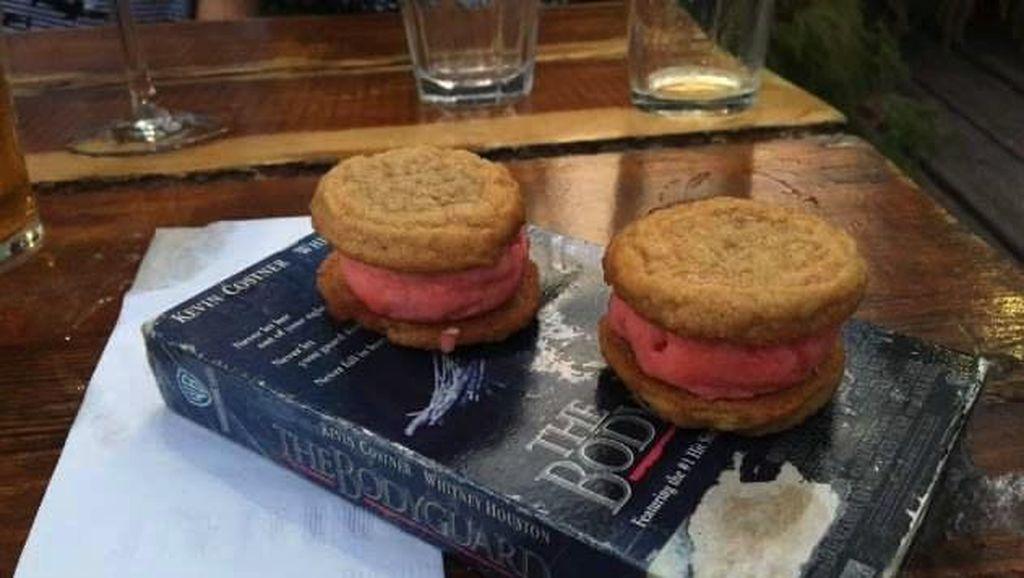 Bikin Bengong! Makanan Ini Disajikan Di Atas Buku Tua hingga Besi Berduri