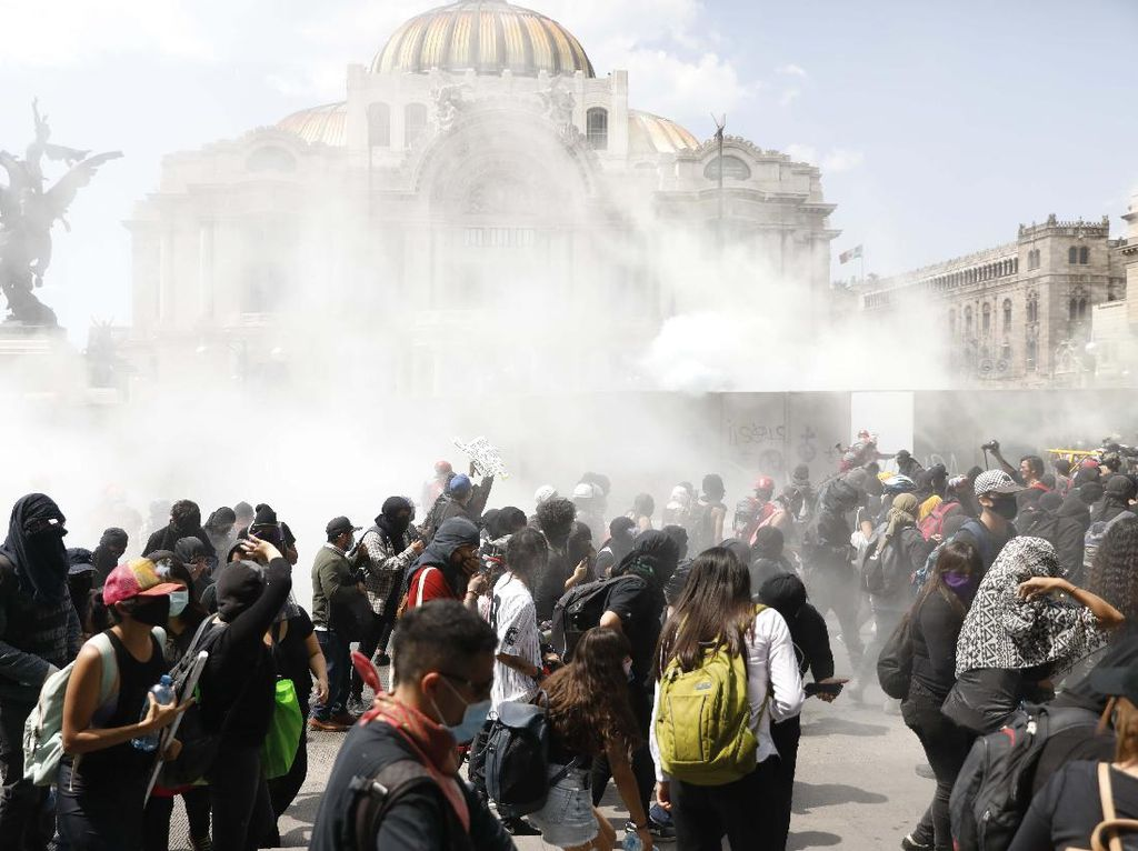 Massa Marah Memprotes Tindak Kekerasan Polisi Meksiko