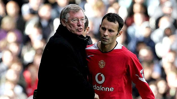 LONDON - OCTOBER 01:  Manchester United Manager, Sir Alex Ferguson congratulates Ryan Giggs after he substituted him during the Barclays Premiership match between Fulham and Manchester United at Craven Cottage on October 1, 2005 in London, England.  (Photo by Phil Cole/Getty Images)