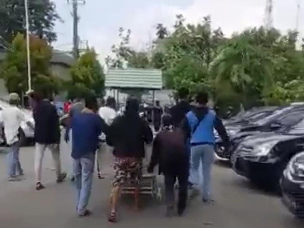 Video Detik-detik Massa Menjemput Paksa Jenazah di RS Bekasi