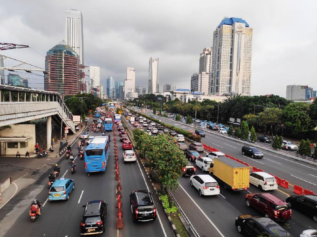 Ruas Tol Cawang Arah Semanggi Padat Akibat Volume Kendaraan
