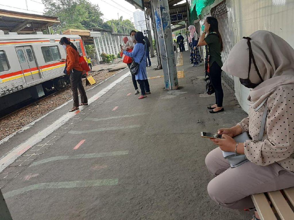 Stasiun Pondok Cina Tak Terlalu Ramai Pagi Ini, Penumpang Jaga Jarak
