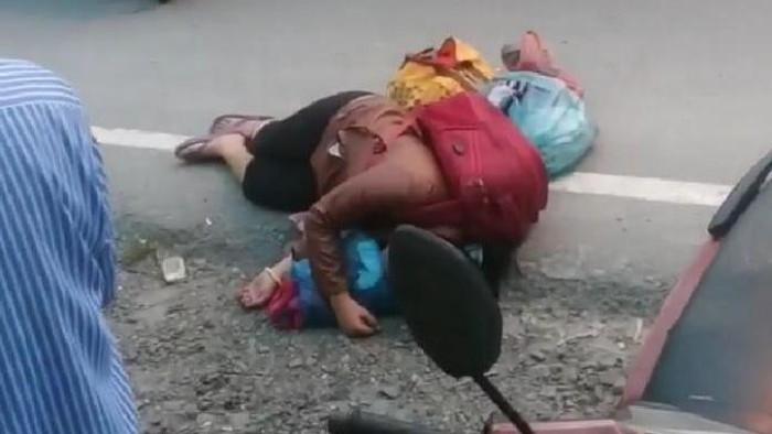 Wanita pingsan di pinggir jalanan Medan