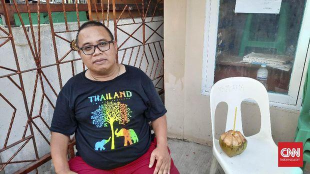 Junaidi (54) warga yang terkena banjir rob di Muara Angke, Jakarta (7/6).