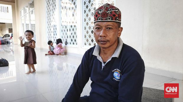Usup (48) warga yang terkena banjir rob di Muara Angke, Jakarta (7/6).