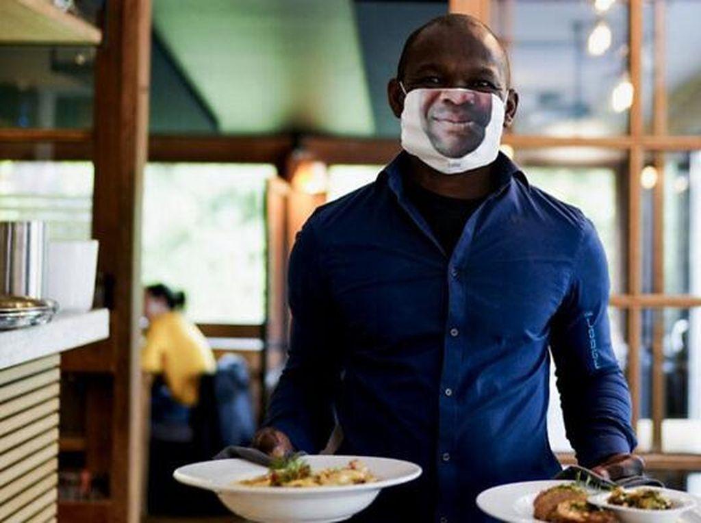 Kreatif! Masker Pegawai Resto Ini Dibuat Mirip Wajah Pemakainya