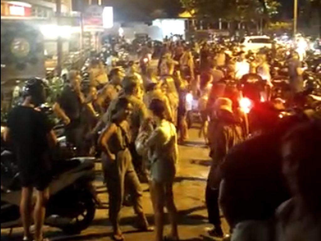 Abaikan Protokol COVID-19, Turis Kumpul Nikmati Sunset di Canggu Dibubarkan